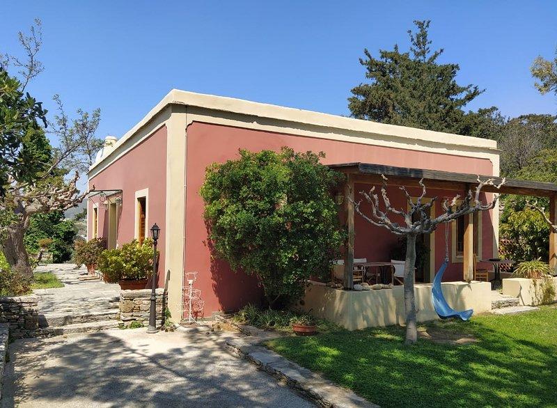The Red House in Montofoli Wine Estate, alquiler vacacional en Karystos