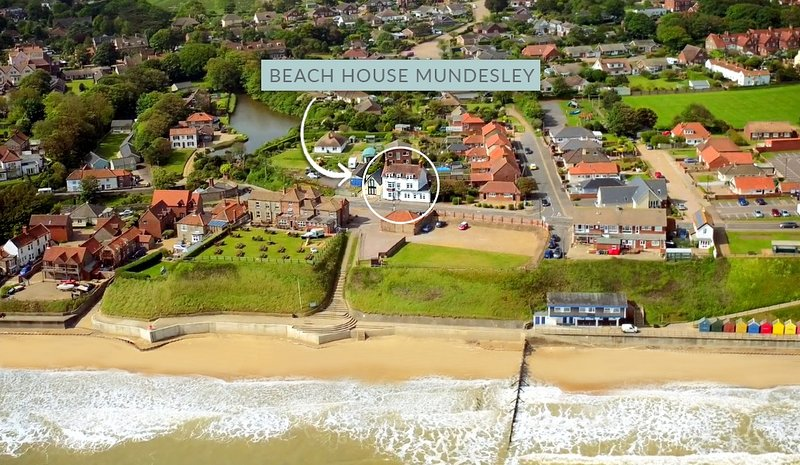 Beach House, Mundesley - panoramic sea views and a hot tub & sauna., holiday rental in Mundesley