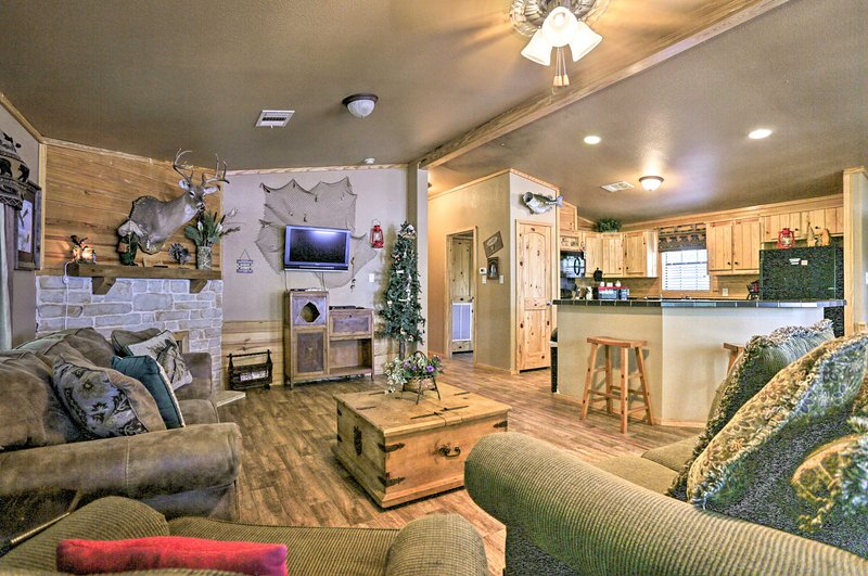 Waterfront Toledo Bend Abode w/ Deck & Dock Access, holiday rental in Milam