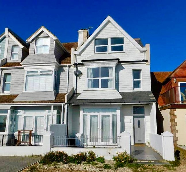 Stunning 4 Bed House with Private Beach, holiday rental in Pevensey