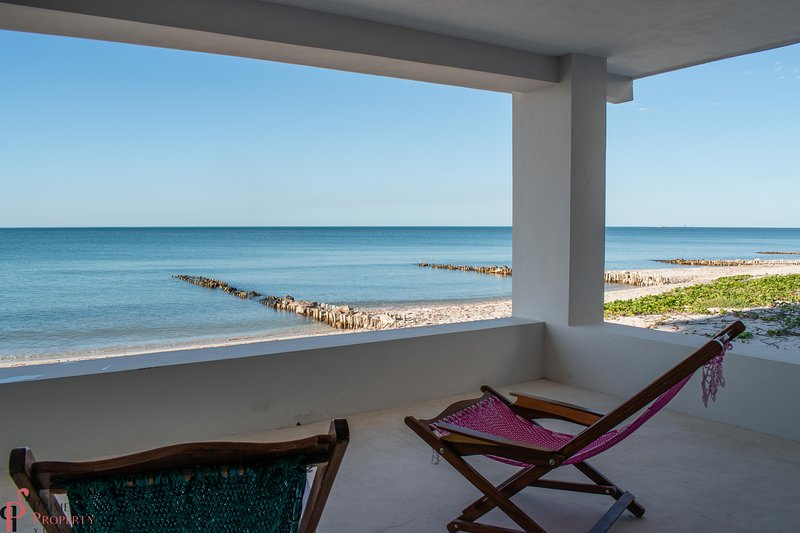 LARGE & STUNNING NEW BEACHFRONT HOME, casa vacanza a Chelem