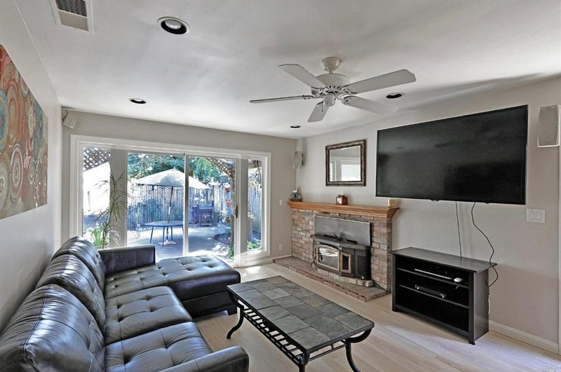 Large sunny room in Quiet House with Mountain View's near Creek Trails to SSU, holiday rental in Penngrove