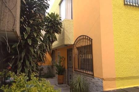 COMFORTABLE APARTMENT, ESTRATEGIC WITH SECURE PARKING AREA., vakantiewoning in Guadalajara