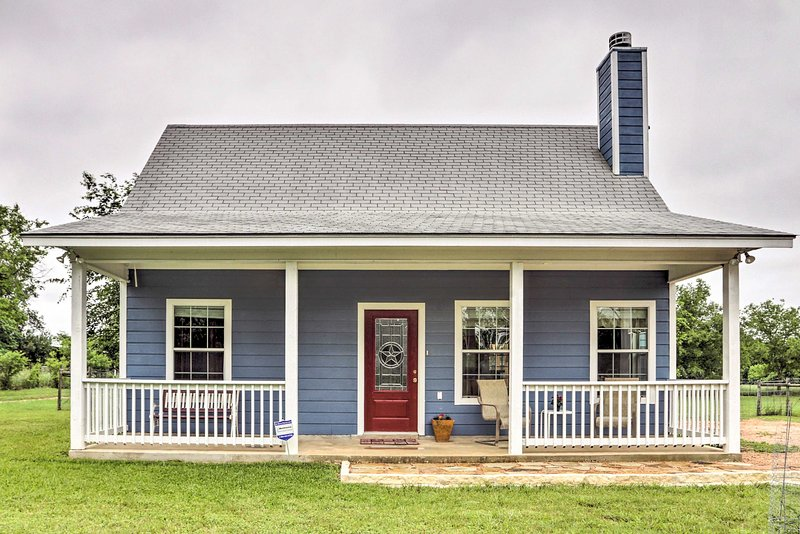 Blanco's 'Blue Cottage Inn' w/Patio, Grill & Porch, vacation rental in Blanco