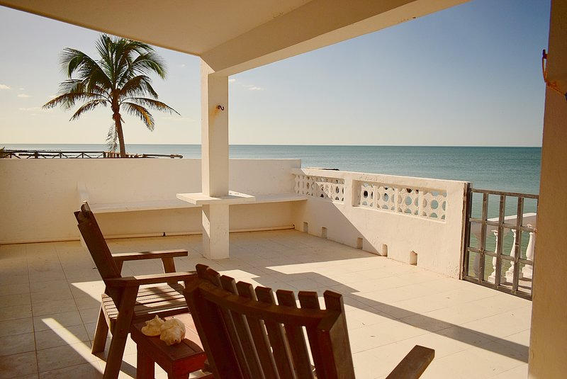 Well-located 3 BR Beachfront house, casa vacanza a Chelem