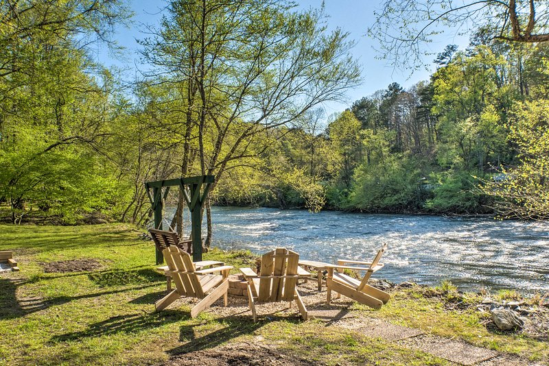 'Happy Jack's Cabin' on River w/ Deck & Game Room!, holiday rental in East Ellijay