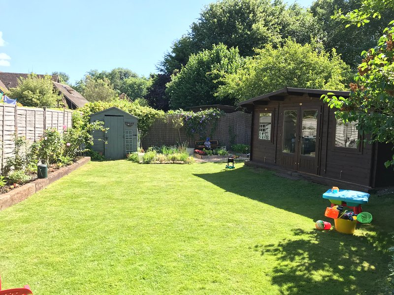 Winchester Cottage Opposite Famous Organic FarmShop - 3 Bedrooms & Garden Office, holiday rental in Andover