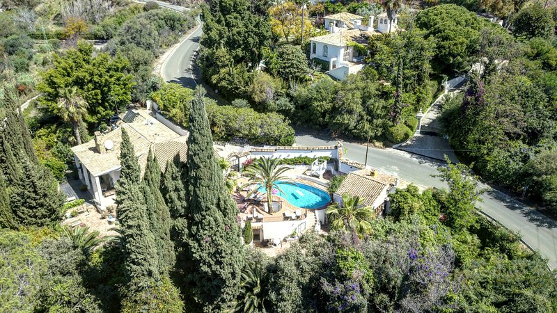 Marbella Villa in Green Oasis with Pool and Jacuzzi, vacation rental in Istan