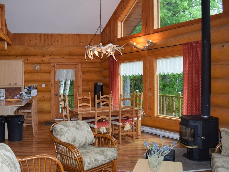 Cozy Waterfront Chalet only 90 mins from Montreal, casa vacanza a Rawdon