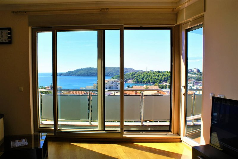 Vladislav Lux apartment with sea view, holiday rental in Becici