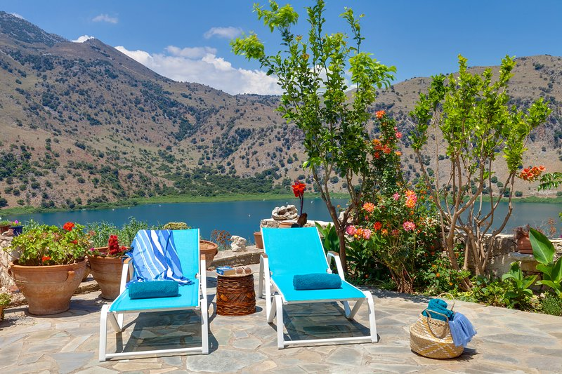 Idyllic landscape surrounded by natural beauty with panoramic view of the lake!, alquiler vacacional en Kournas