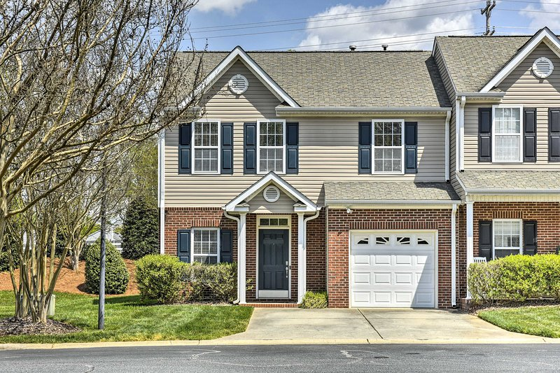 NEW! Inviting High Point Townhome w/ Patio+Privacy, holiday rental in Kernersville