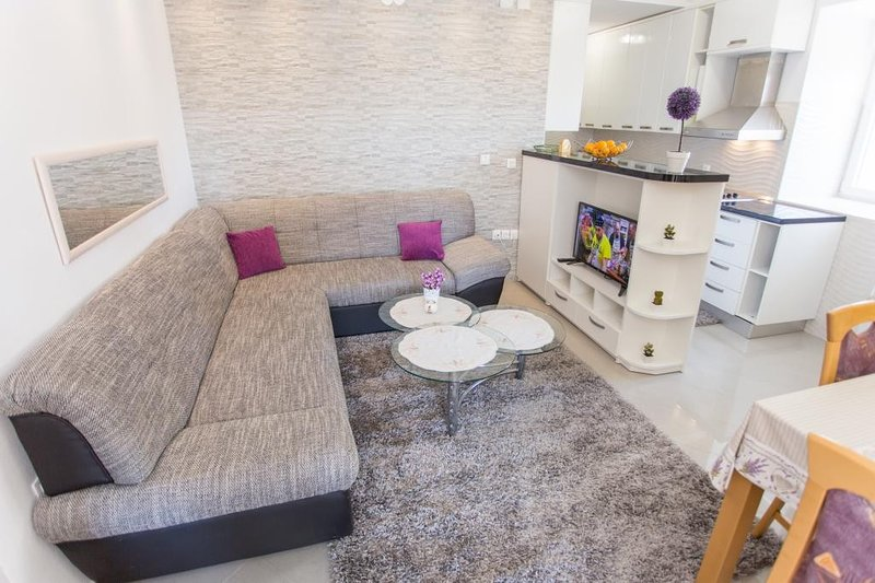 Apartment Mojaš - Two Bedroom Apartment with Terrace, holiday rental in Kobas