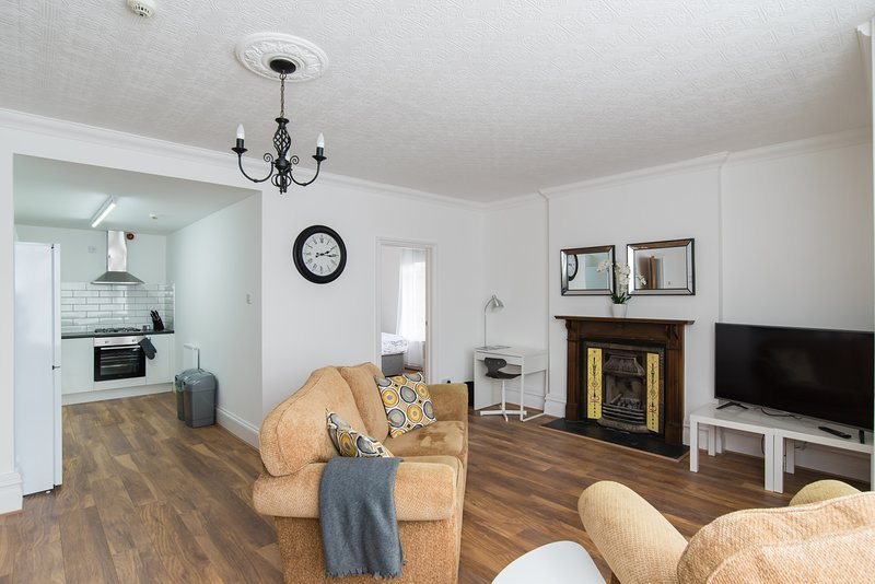 Very Spacious 3 Bedroom Apartment with Parking, holiday rental in Rogerstone