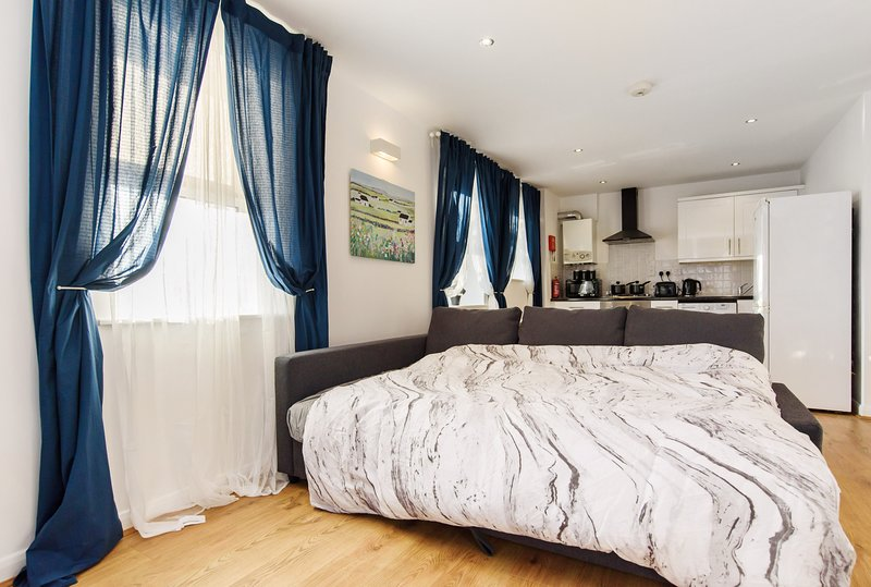Sunny One Bedroom Apartment Near City Centre, holiday rental in Cardiff