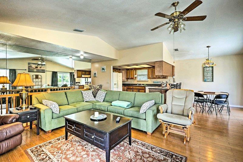 New Smyrna Beach Home w/ Deck & Beach Access!, location de vacances à Daytona Beach