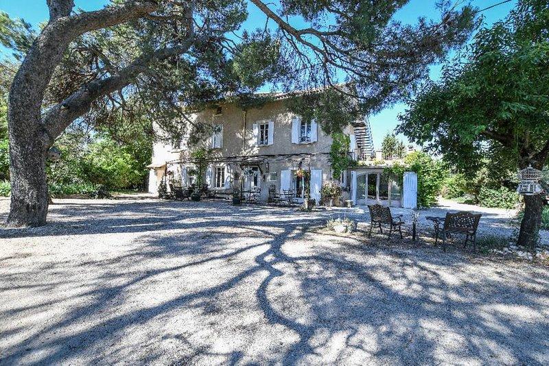Grand domaine de charme au pied du Luberon, 17 chb +50 personnes, piscines, parc, vacation rental in Carpentras