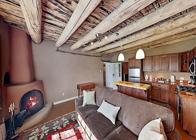 Gorgeous Suite w/ Full Kitchen, Jetted Tub & 2 Fireplaces - Walk to Eateries, alquiler de vacaciones en Carson