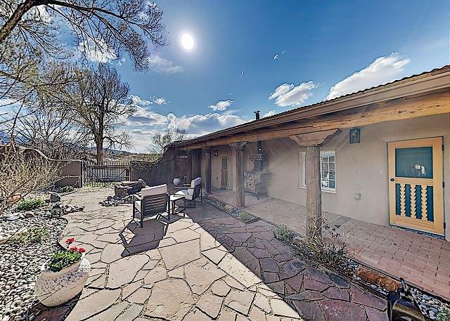 Luxe 2-Unit Hideaway: Suite & Casita w/ Full Kitchens & Kivas: Walk to Dining, alquiler de vacaciones en Carson