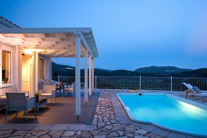 Villa Katsiki With Private Pool & Views, Ideal For Couples, vacation rental in Kontarena
