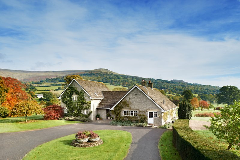 7 Bed Lodge with Mountain views, Glanusk Estate, casa vacanza a Pengenffordd