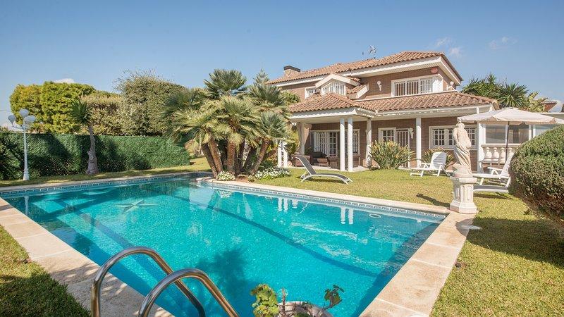 R60 Magnifica casa con piscina y jardin 800m de la playa Calafell, holiday rental in Calafell