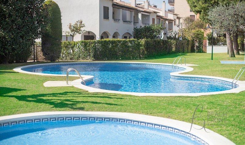 R85 Casa adosada con 2 piscinas 50m de la playa, aluguéis de temporada em Calafell
