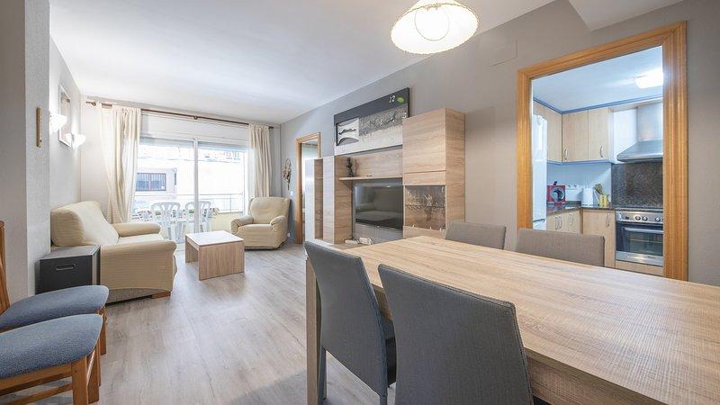 R95 Apartamento en planta baja 50 m de la playa, holiday rental in Calafell