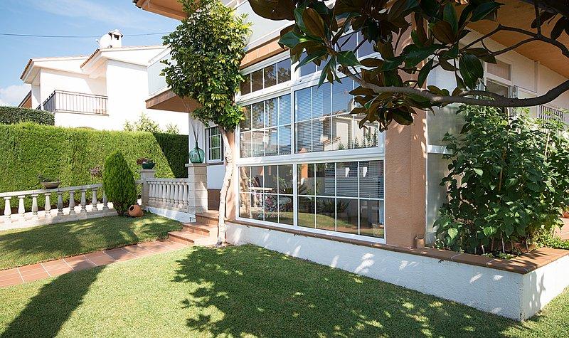 R9 Chalet de 4 dormitorios con piscina cerca de supermercados, aluguéis de temporada em Calafell
