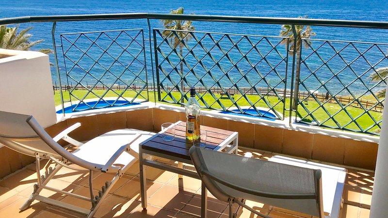 MI CAPRICHO 15.Apartamento en primera línea de playa de tres dormitorios, casa vacanza a Mijas