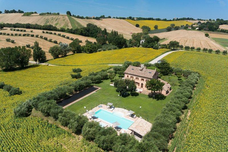 Villa Pedossa, tipica villa nelle Marche con appartamenti di charme e piscina: vista panoramica