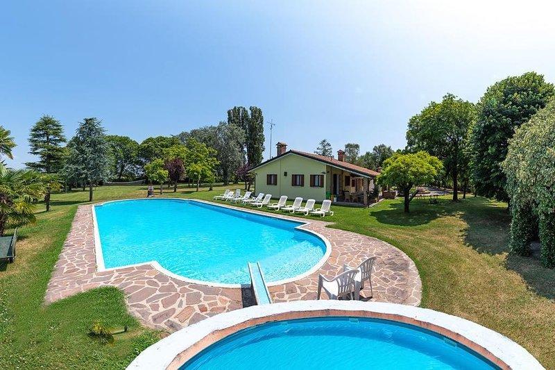 Villa con piscina, parco e laghetto. Spettacolare!, casa vacanza a Badia Polesine