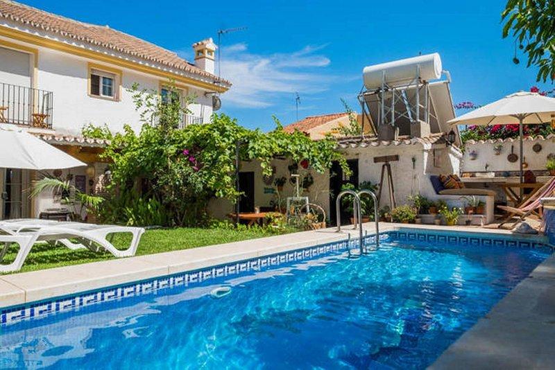 Villa B&B para Grupo con piscina cerca de la playa, vacation rental in Moclinejo