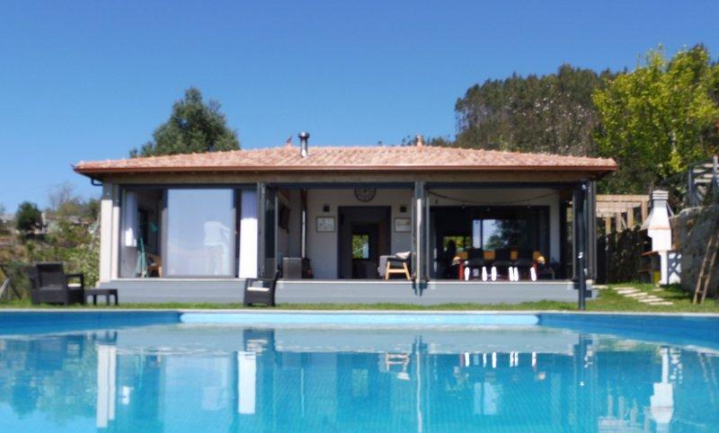 Beautiful house in vineyard, stunning views, salt-water pool, garden, near Braga, holiday rental in Braga