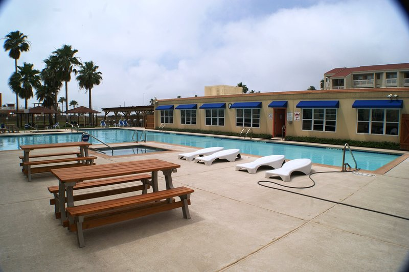 Gulfview I #209 2-3 MINUTE WALK TO BEACH ACCESS, NEXT TO SCHLITTERBAHN WATERPARK, holiday rental in South Padre Island