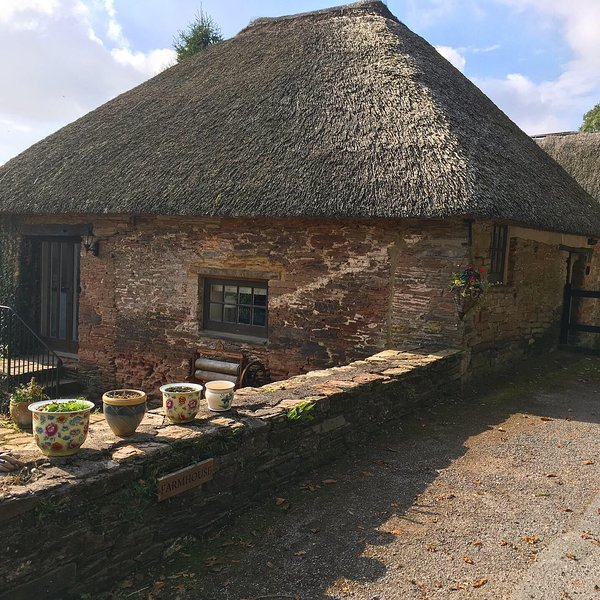 Thatched cottage on Stancombe Manor Estate, shared facilities incl indoor pool, vacation rental in Kingsbridge