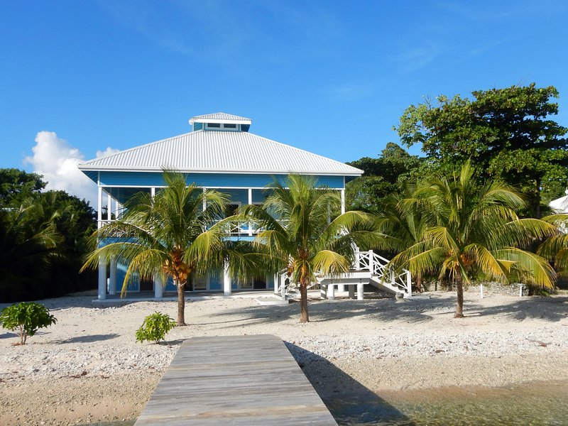The Coconut House on Treasure Beach, casa vacanza a Utila