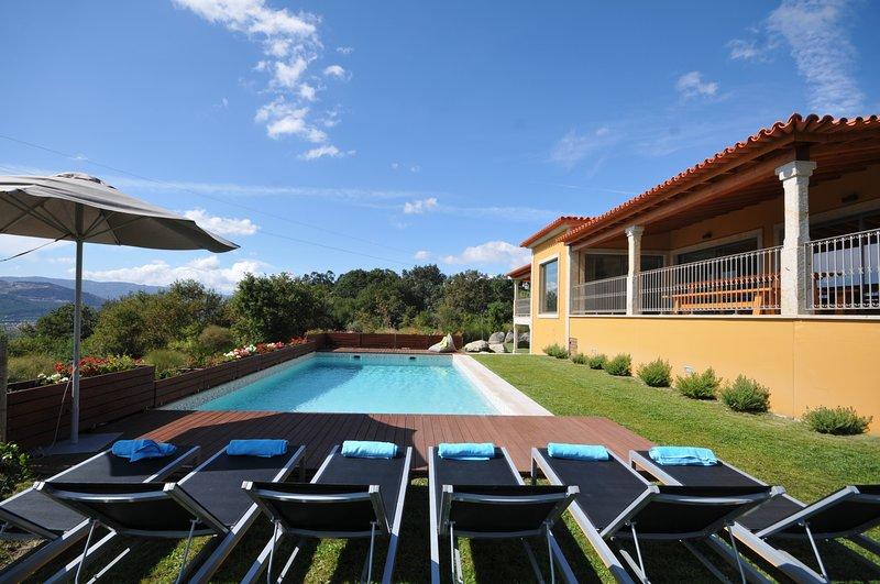 Portal Villa Sleeps 8 with Pool Air Con and WiFi - 5836241, alquiler vacacional en Calheiros