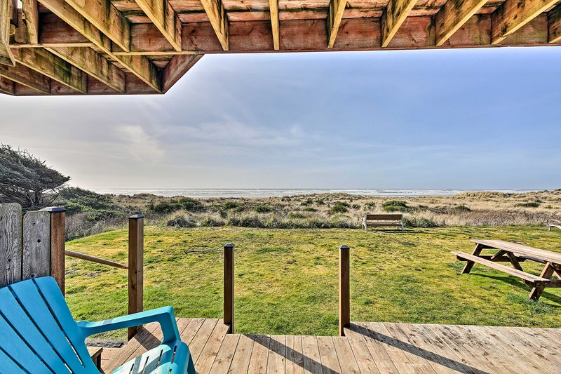 Unwind on the deck of this Waldport cottage!
