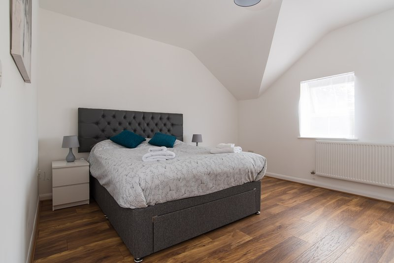 Homely New Apartment with Wifi and Parking, holiday rental in Cardiff