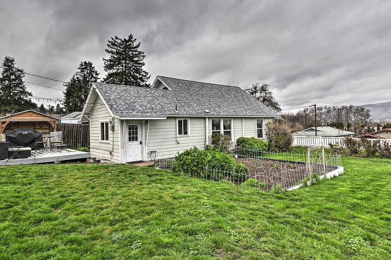 NEW! Corner Cottage, <2 Mi to Columbia River, Vino, holiday rental in Lyle