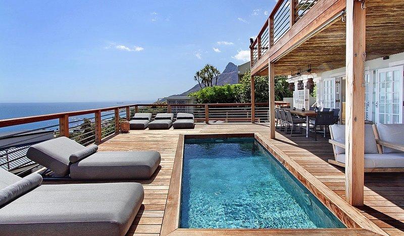 la Baia is a luxurious villa with 6 bedrooms en-suite with breathtaking views., location de vacances à Camps Bay