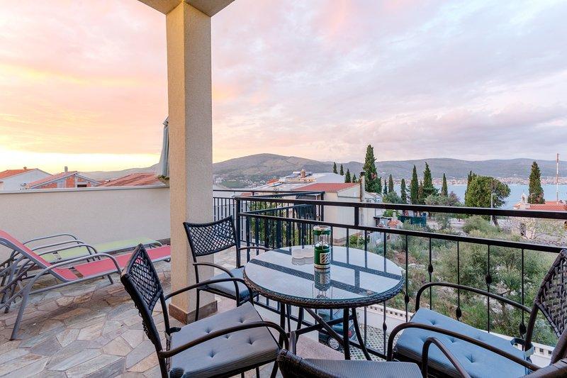 Villa Kameja - Two Bedroom Apartment with Terrace and Sea View (Crni), alquiler de vacaciones en Okrug Donji