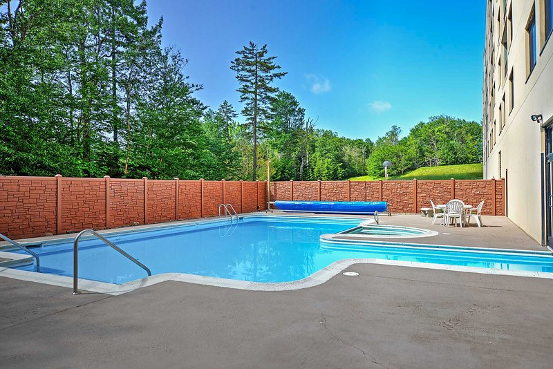 In a complex with heated pools, this condo guarantees a rejuvenating retreat.