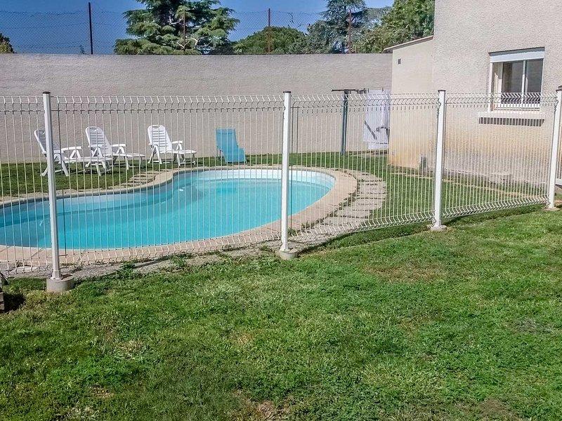 Casa de vacaciones en Vauvert, cerca de la Camarga, piscina vallada, vacation rental in Franquevaux