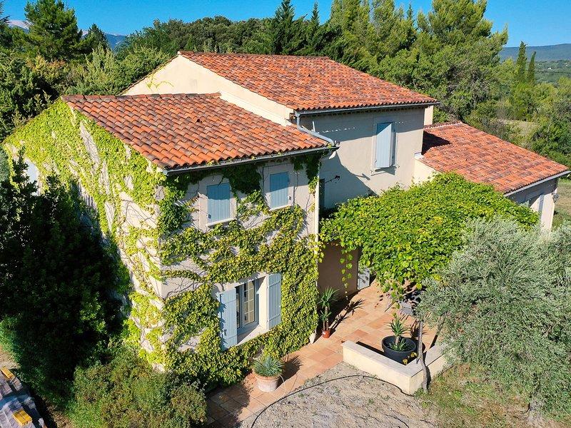 Villa con aire acondicionado en Mormoiron, Mont Ventoux, piscina, se permiten ma, alquiler vacacional en Villes-sur-Auzon