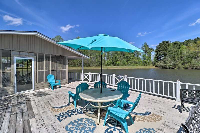 NEW! Blossom Lake Country Retreat on 42 Acres!, holiday rental in Lizella