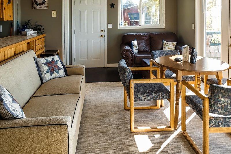 New listing! Coastal retreat w/ bay views, private deck, & charming decor!, location de vacances à Ferndale