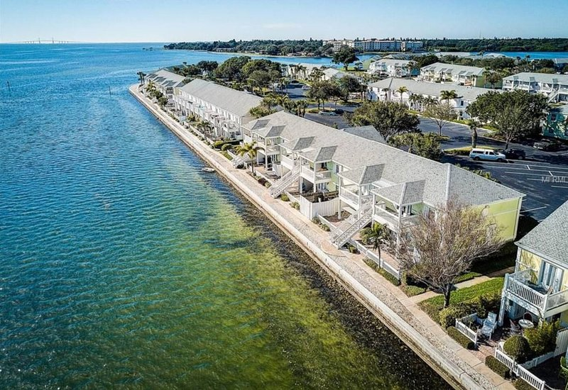 Modern condo on the water with beautiful patio close to beaches & downtown life, casa vacanza a St. Petersburg