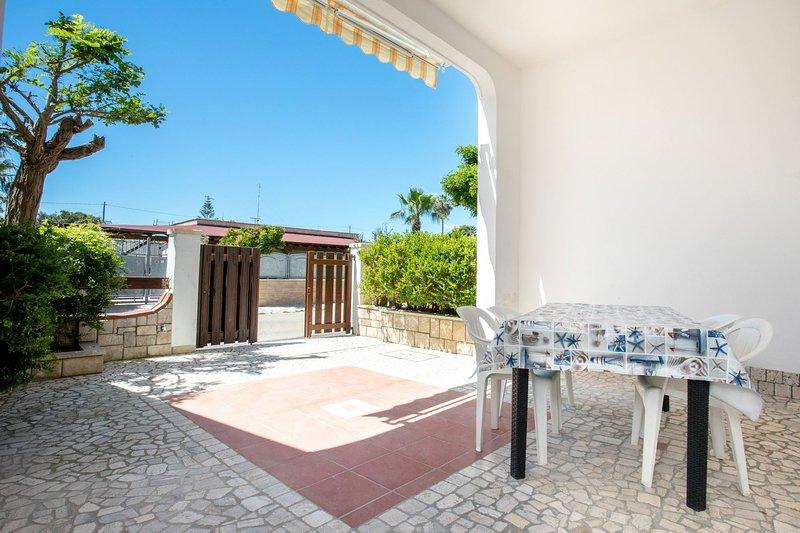 Villa Bahia | zona lidi, spazio esterno, wifi, a/c, holiday rental in Torre Lapillo